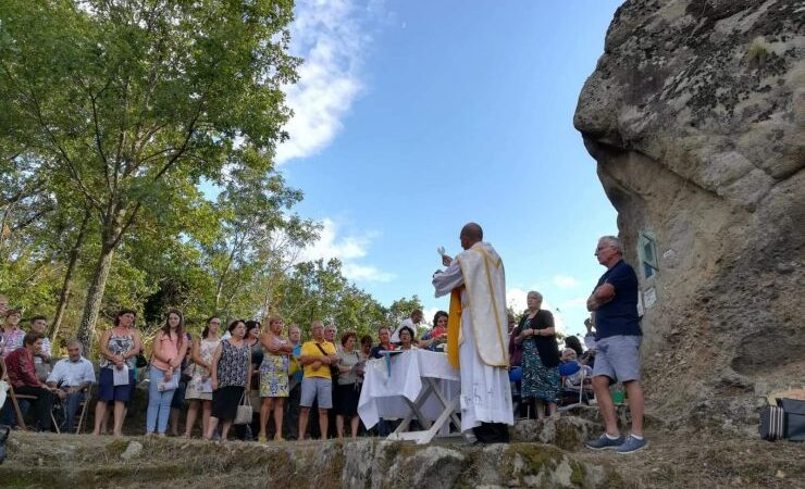La caratteristica messa all'aperto della Rocca U Bannu a Sant'Angelo di Brolo