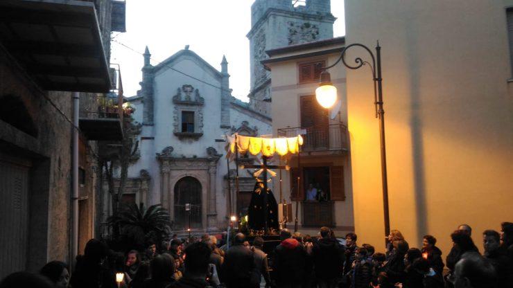 Suono di troccole durante la Via Crucis santangiolese del Venerdi Santo