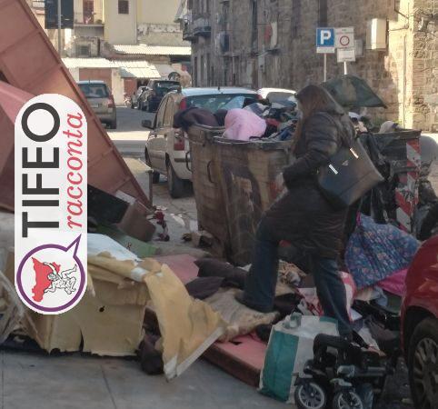 Palermo, troppa gente rovista nella spazzatura. Povertà o cosa?