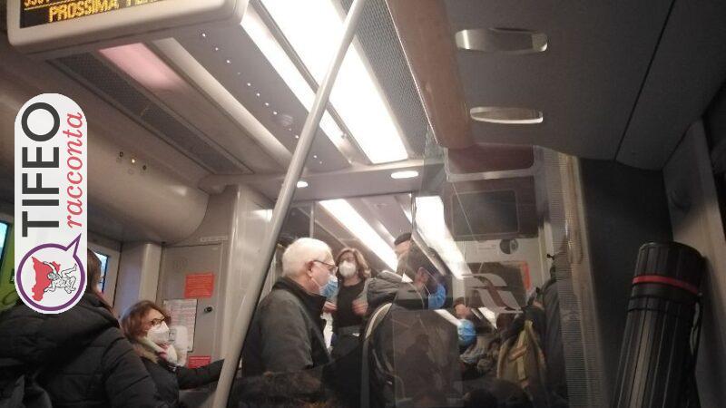 Assembramenti in un treno troppo piccolo, nel tragitto da Messina a Palermo. Fermato dalla polizia